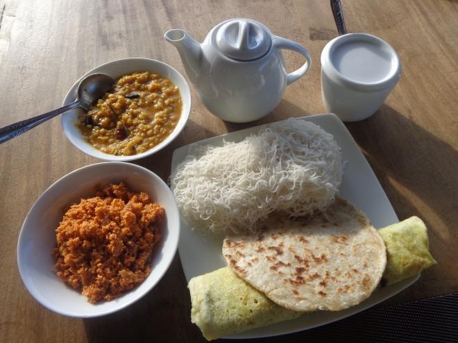 Petit déjeuner traditionnel sri lankais et, ci-dessous, un déjeuner typique: poulet au curry...