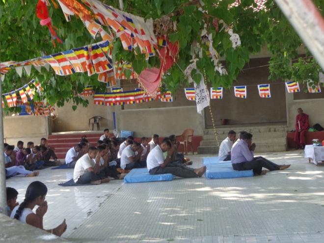 Prière dans un temple bouddhiste, Tangalle.