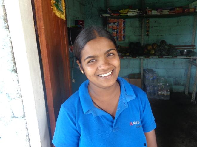 Pradeepa, déjà mère de deux enfants, gère une petite buvette, près d'Ella, dimanche 1er janvier.
